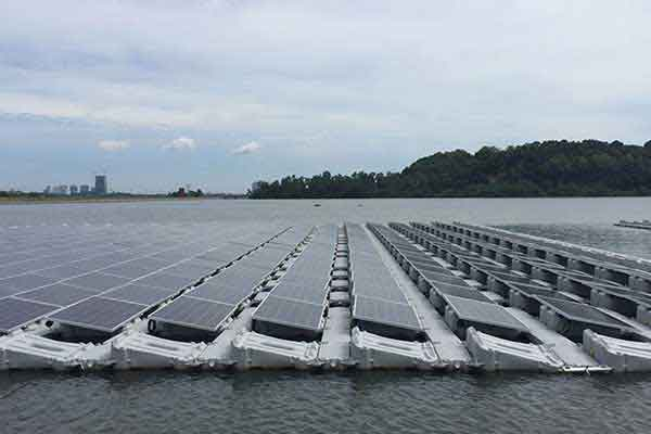 paneles solares seraphim en un lago flotando